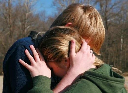 Прегръщаща се двойка