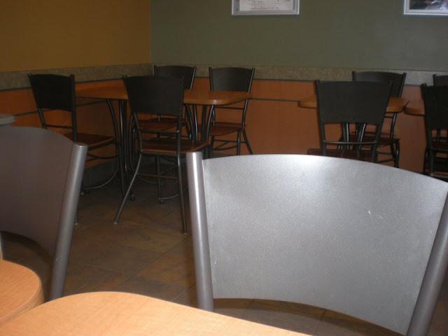 café, chaises métalliques, vide