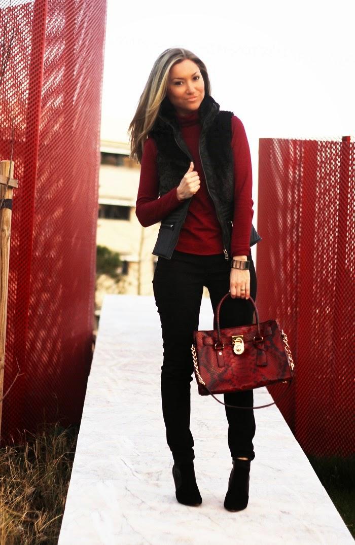 Hoje, no 'Look do dia', mostro-vos um coordenado em preto e burgundy. Estreei este colete, que mistura o couro e o pêlo sintéticos, e conjuguei-o com uma camisola burgundy e com a minha carteira Michael Kors. Outfit. Dicas de Moda e Imagem no Blog de Moda Style Statement. Tendências. Burgundy, couro, pêlo, animal print, píton. Red hamilton python print bag. Blog de moda portugal, blogues de moda portugueses.