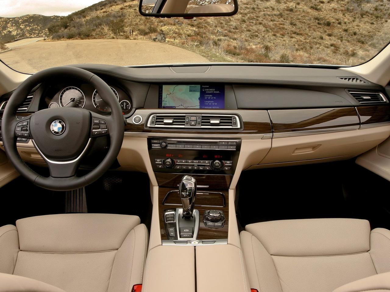 Virtual Desktop Wallpaper: 2011 BMW 750Li