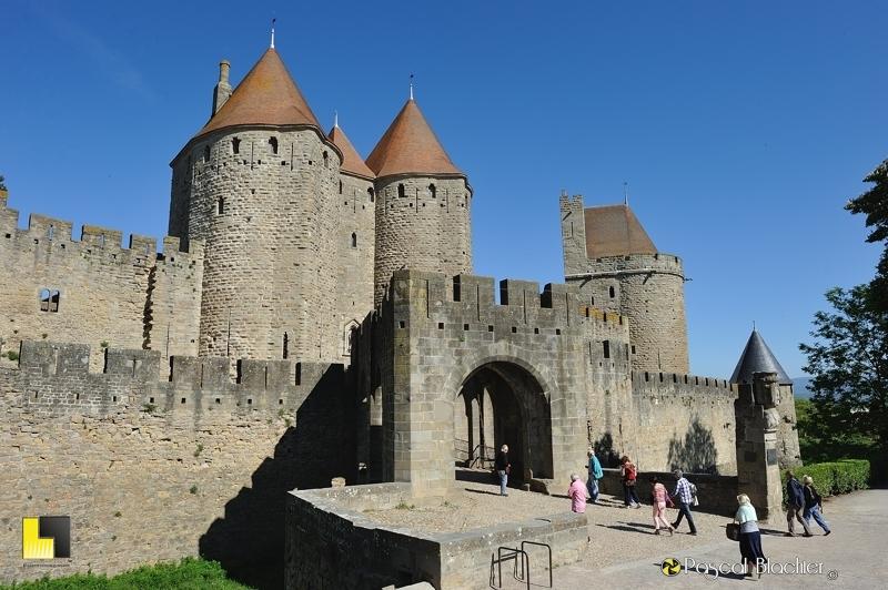Quelques touristes entrent dans la cité de Carcassonne par la porte Narbonnaise photo blachier pascal
