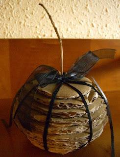 cómo hacer una Bola de cartón, lana y lazo-