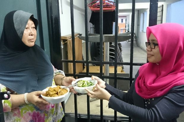bertukar makanan, exchange food with neighbour,