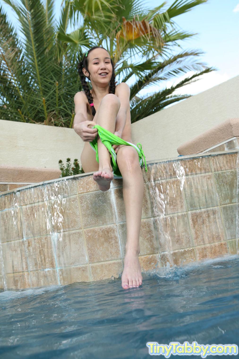 2 thai girls toe wiggle tease 2 - 1 4
