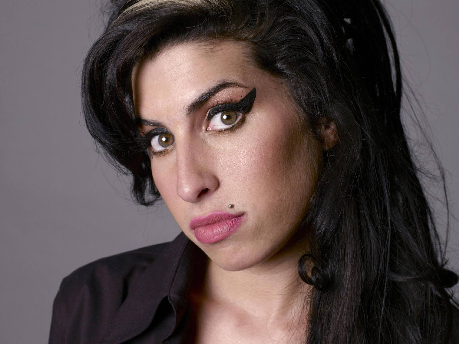 http://1.bp.blogspot.com/-iBU7aVo8QY0/Tox2za8VIeI/AAAAAAAABTM/8WEivAAwPYI/s1600/Amy_Winehouse_0005_1600X1200_Wallpaper.jpg