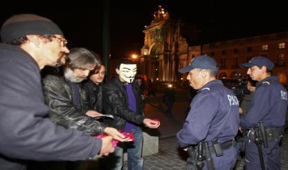 Lisboa: Manifestantes atiram punhados de pétalas de rosas a polícias junto ao MAI