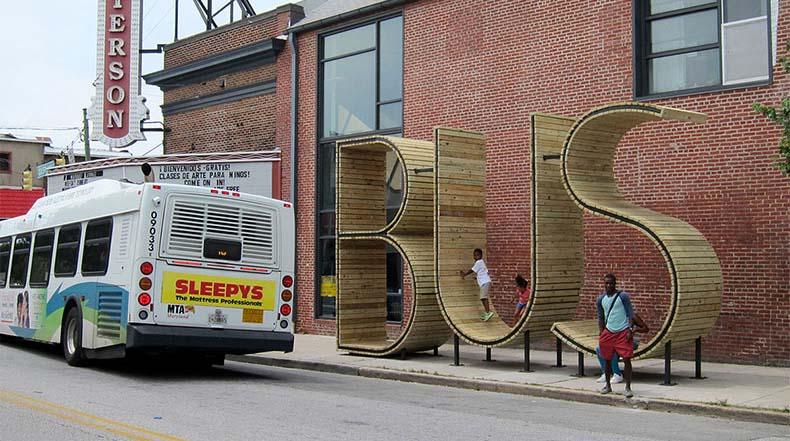 Espere el autobús dentro de una gigante escultura tipográfica en Baltimore