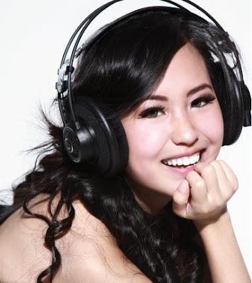 Ways To Impress A Gadget Girl - nicole - asian beauty