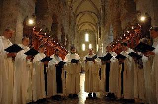 El canto religioso, especialmente el gregoriano (atribuído a la época del papa Gregorio el Grande), la polifonía y el uso del órgano, alcanzan progresivo desarrollo.
