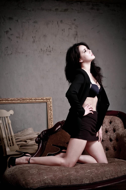 xxx nude girls: Han Ga Eun - Black and Gold Dress