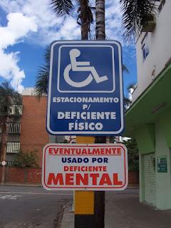 a falta de civismo no estacionamento em lugar reservado à pessoa deficiente