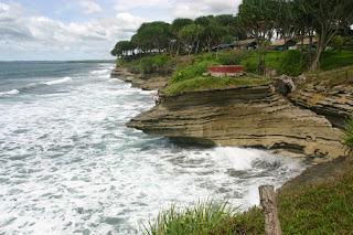 Panorama Indah dan Legenda Batu Hiu Pantai Pangandaran