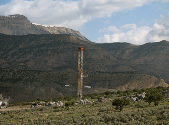 Natural gas rig in the Piceance Basin in Colorado. Fracking in water-stressed areas poses risks to energy producers and communities.  (Credit: Energy Tomorrow/Creative Commons 2.0)  Click to enlarge.