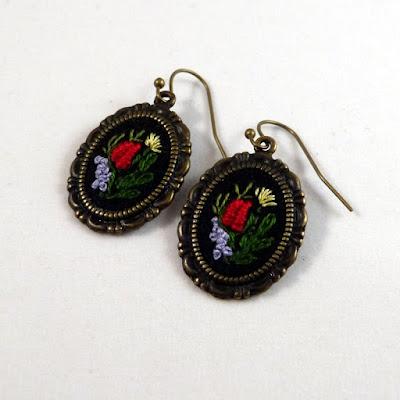 haft ręczny, naszyjnik z haftem, haftowany medalion, medalik z różami, haft rococo, kolczyki vintage, haftowane kolczyki, biżuteria vintage,