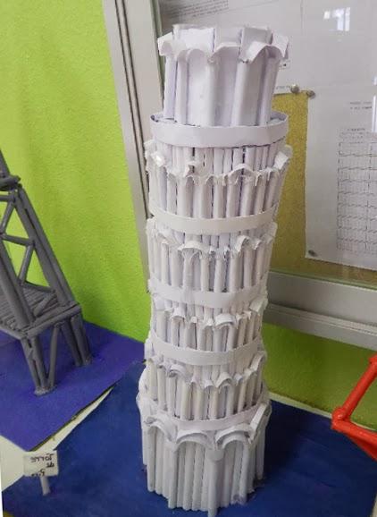 torre inclinada de pisa en papel