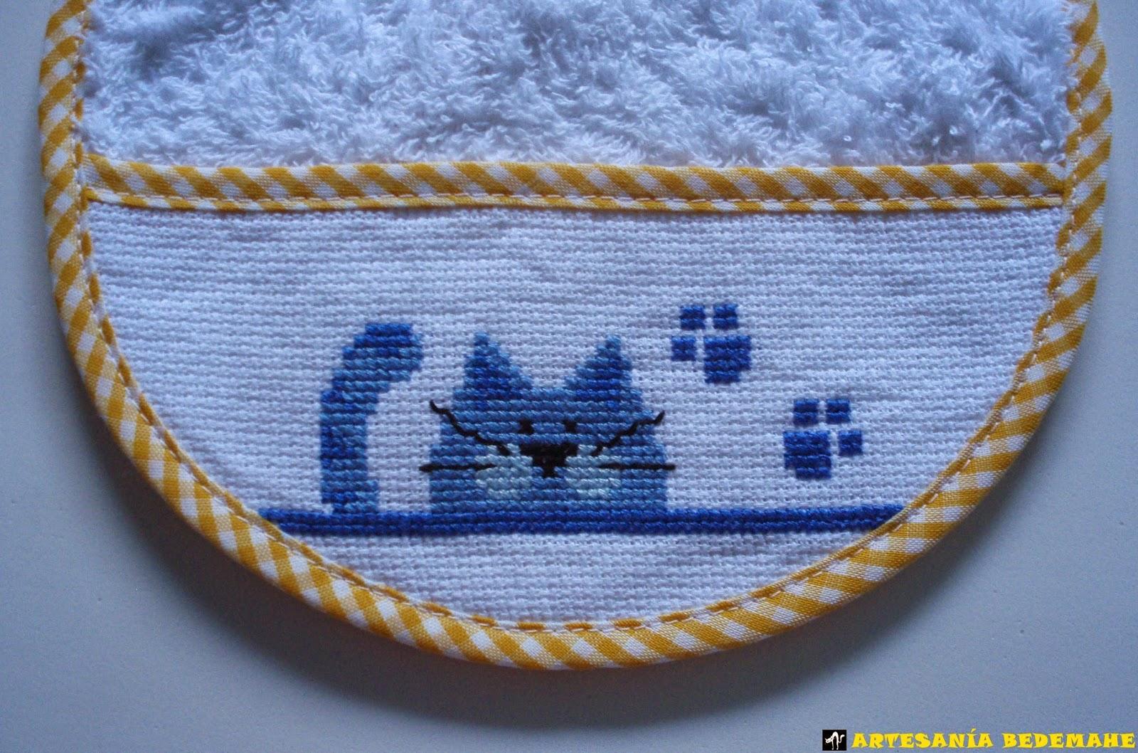 Babero azul para bordar a punto de cruz