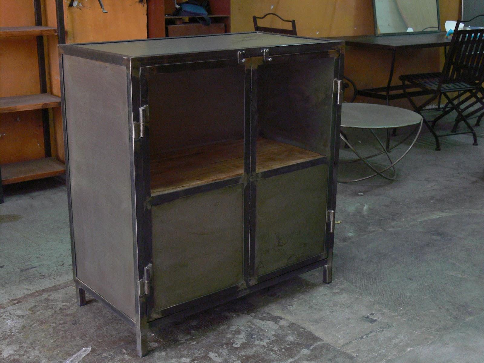 Mesas y sillas en metal de estilo industrial en hierro y for Vitrina estilo industrial