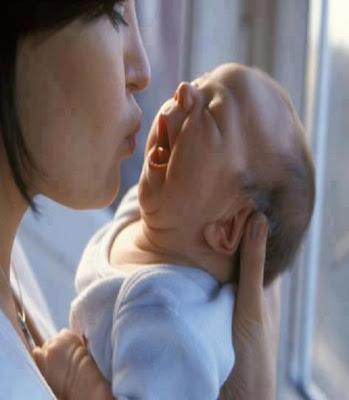 le premier bisous d'une maman pour son petit bébé nouveau née