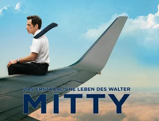 Walter sitzt auf einem Flugzeugflügel in einem blauen Himmel über den Wolken