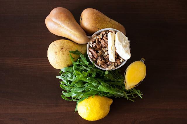 Ингредиенты для салата с рукколой, медом и орехами