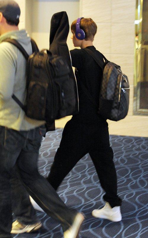 Justin Bieber + Louis Vuitton Michael Backpack - 500 x 800  62kb  jpg