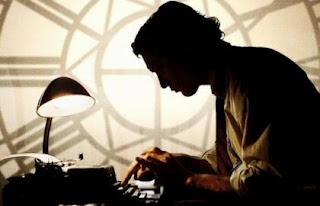 Hombre escribe en una máquina de escribir.