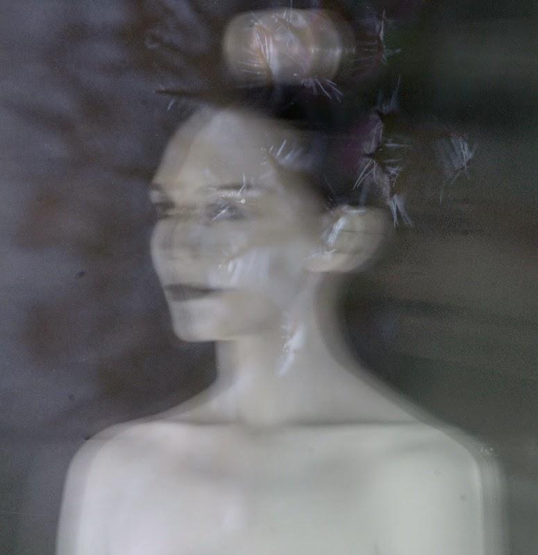 photographie noir et blanc pause longue longue exposition femme technique  art contemporain . Autoportrait , selfie , autophoto Vanessa lekpa