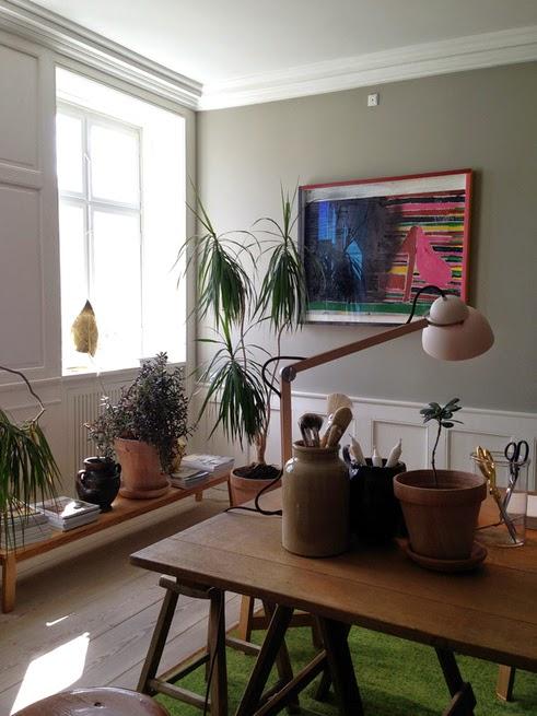 Italienisches Design in Kopenhagen - elegante Einrichtung in Greige, Samt, Messing und Holz