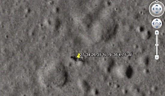 sombra humanoide en la luna