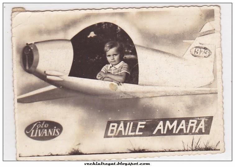Copil cu panou foto avion