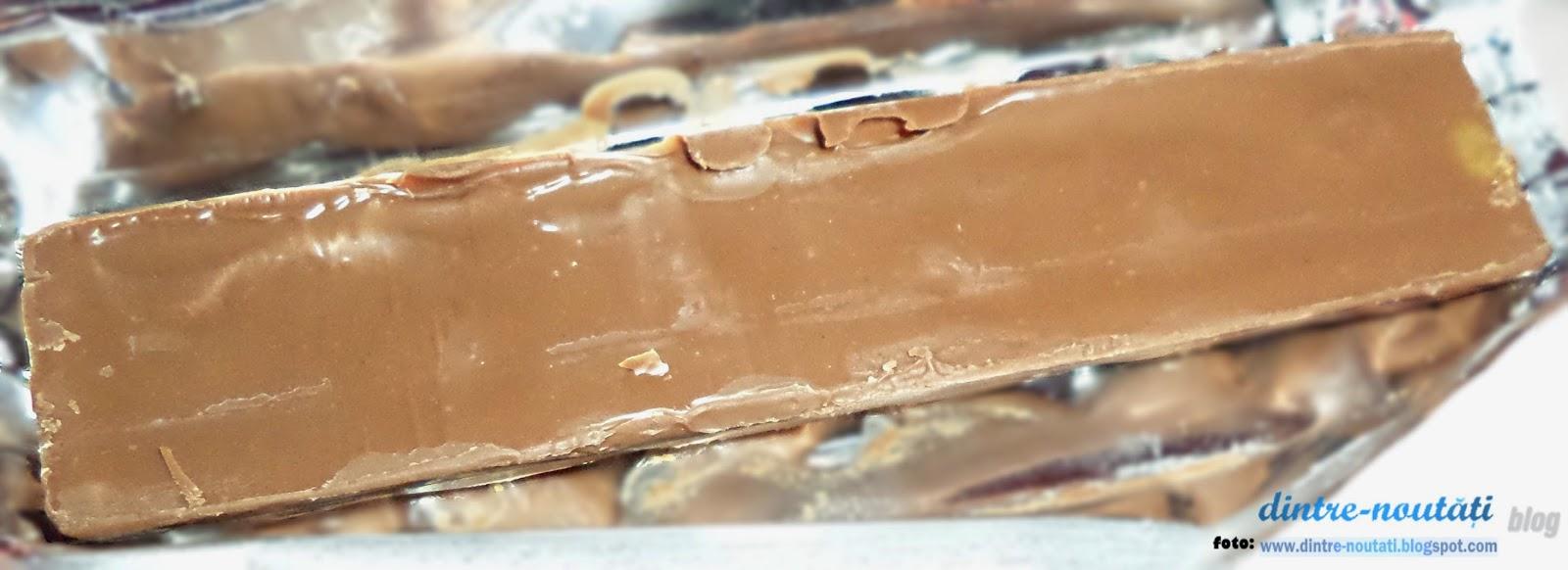 Baton milka cu caramel și alune; Ciocolată cu lapte din Alpi cu cremă de lapte și caramel (32%) și umplutură de caramel (10%)