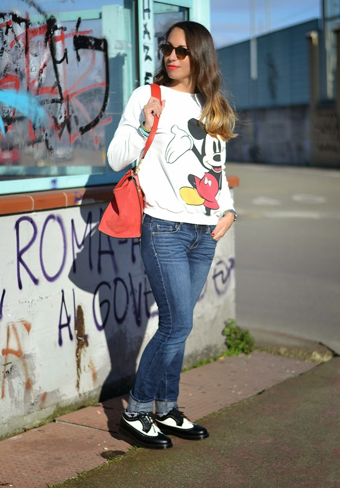 outfit jeans felpa topolino dr martens