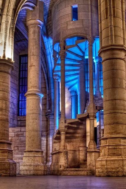 spiral stairs design in La Conciergerie Paris