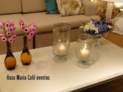 velas em taça de cristal lapidado,arranjos em garrafas, mesa centro, flores nos tons rosa e lilás