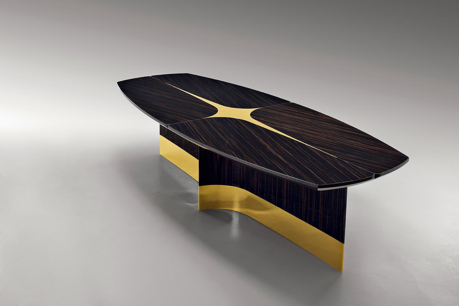 Esta mesa de Fendi Casa recupera las esencias de los ataúdes más bellos que conocemos con su peana dorada y su cruz en la tapa.