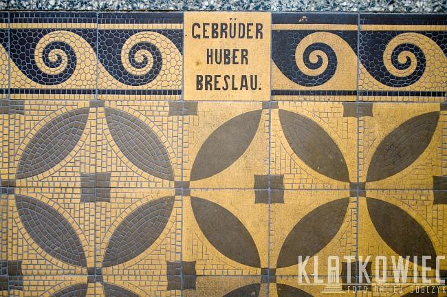 Opole. Posadzka w kamienicy. Kafel z napisem Gebrüder Huber Breslau.