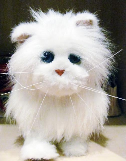 Игрушечный кот девочки Насти