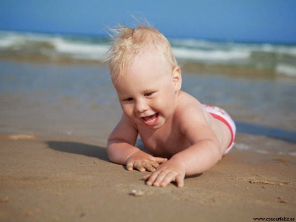 Bébé mignon dans la mer