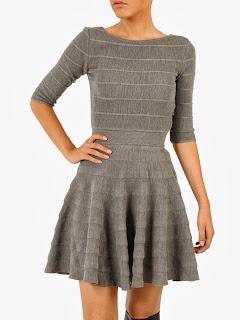 vestito grigio svasato