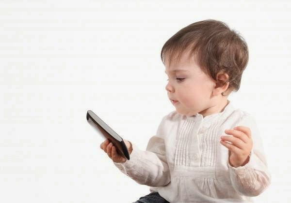 6 months old babies using smartphones