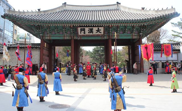 Guardias coreanos frente al palacio Deoksugung