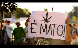 O Brasil pode se igualar aos demais países da América do Sul que descriminalizaram o porte de drogas hoje ilícitas e passar a ser tolerante com o consumo e com o cultivo para uso próprio. A medida depende do Supremo Tribunal Federal (STF), que deve julgar, nesta quinta-feira (13), ação questionando a inconstitucionalidade da proibição. A Defensoria Pública do Estado de São Paulo recorreu à Corte, alegando que o porte de drogas, tipificado no Artigo 28 da Lei 11.343, de 2006, não pode ser considerado crime, por não prejudicar terceiros. O relator é o ministro Gilmar Mendes.