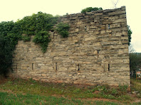 El mur de ponent dels Fortí on s'aprecien les dues flere d'espitlleres