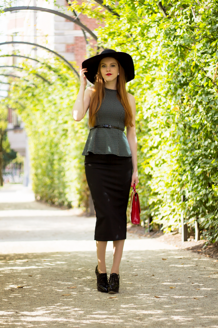 Chique vintage style outfit with a floppy hat and midi pencil skirt