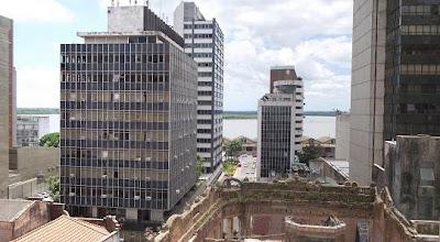 Centro Histórico de Porto Alegre tendo ao fundo o Guaíba