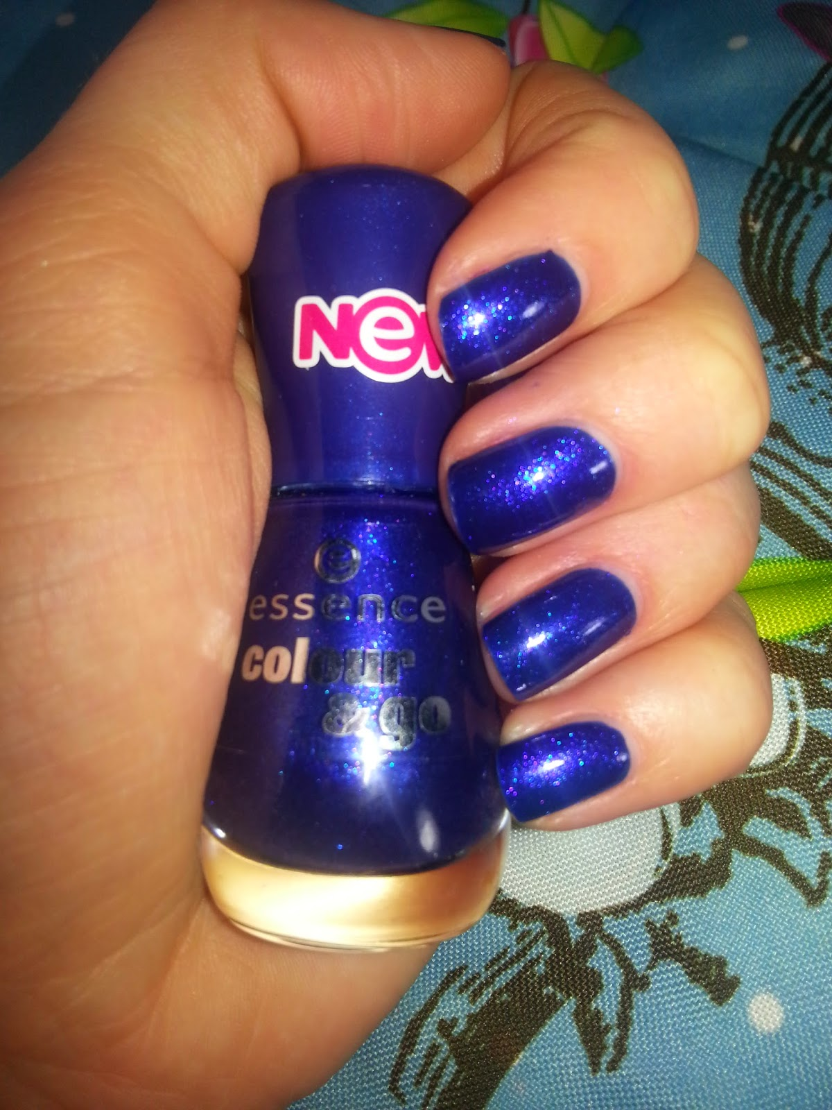 Essence Colour & Go Nagellacke it's raining men! Tragebild - www.annitschkasblog.de