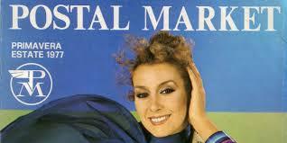 donna in primo piano con logo PM postal market bianco