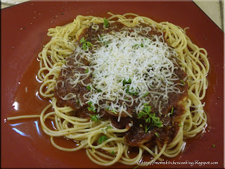 spaghetti with roasted Italian sauce with mushrooms