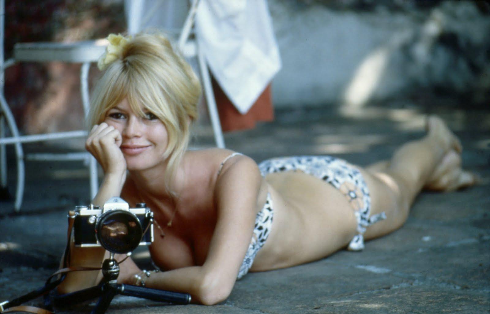 http://1.bp.blogspot.com/-iOALEhPK9EU/TVfpeo7J74I/AAAAAAAADas/9UwymZniTk0/s1600/MademoiselleB_BrigitteBardot_5.jpeg