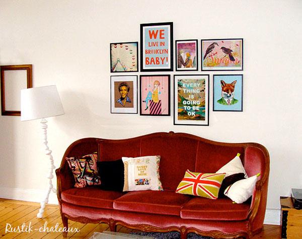 sofá rococo rojo de terciopelo en salón informal y de diseño